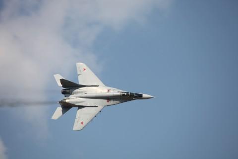 飞行的米格-29战斗机