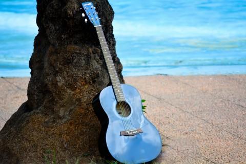 海边的蓝色吉他