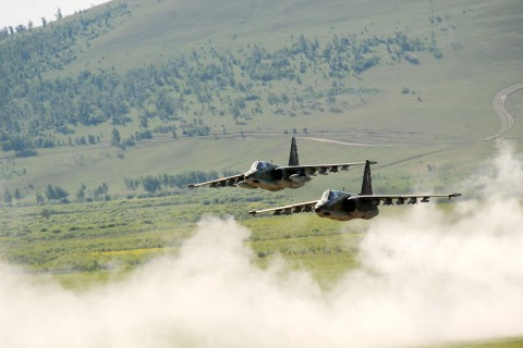 飞行中的苏-25攻击机