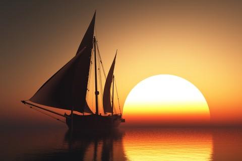 晚霞照应下的帆船