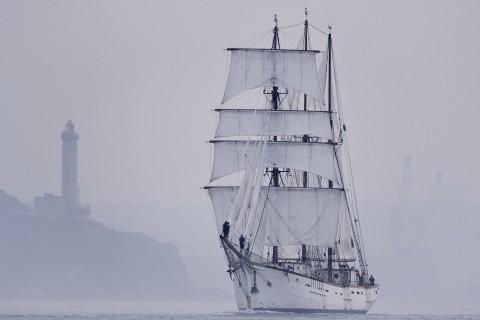 迷雾中前行的帆船