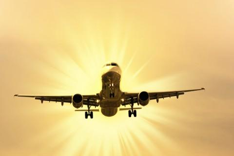 阳光照耀下的飞机