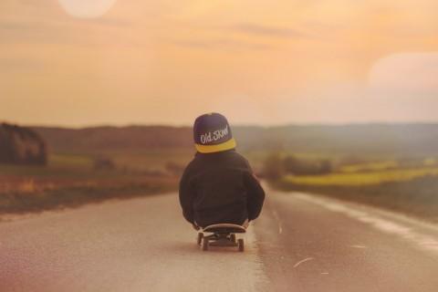 小小滑板少年