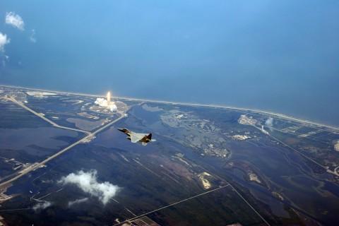 蓝天下的F-15战斗机