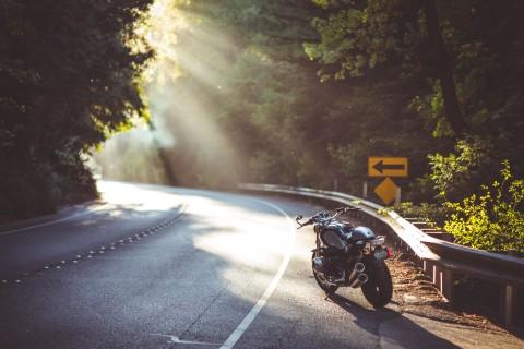路边炫酷摩托车