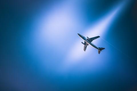 蓝天飞翔的飞机