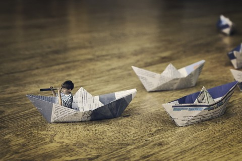 纸船中的小男孩