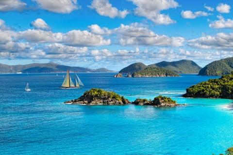 蓝色大海上行驶的帆船