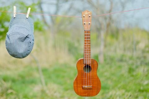 挂在绳子上的吉他