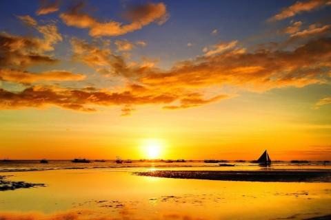 夕阳下海上停泊的帆船