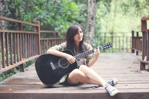 弹吉他的文艺女孩