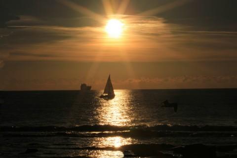 前行的海上小帆船