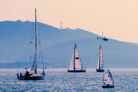 蓝色大海上的帆船赛