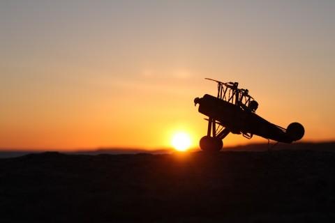 夕阳下的滑翔机