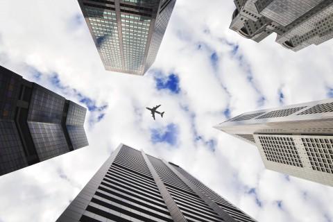 高楼大厦上空的飞机