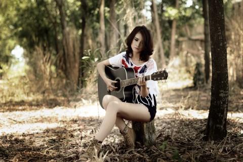 森林里弹吉他的女孩