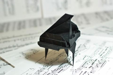 乐谱上的折纸钢琴