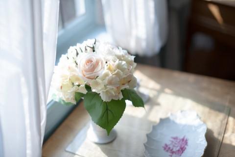 窗边的唯美插花