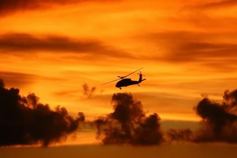 黄昏下的直升机