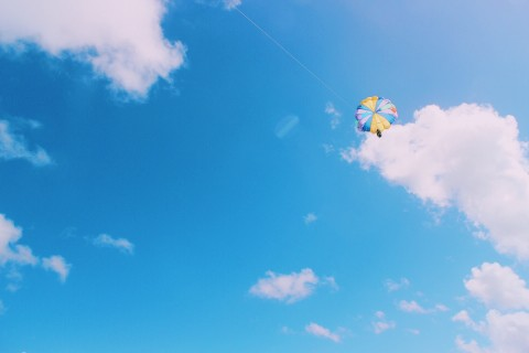 空中的跳伞运动