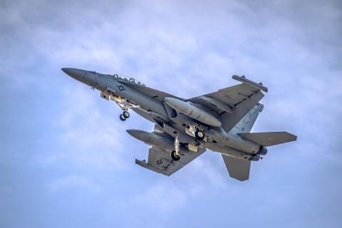 空中的F-18大黄蜂战斗机