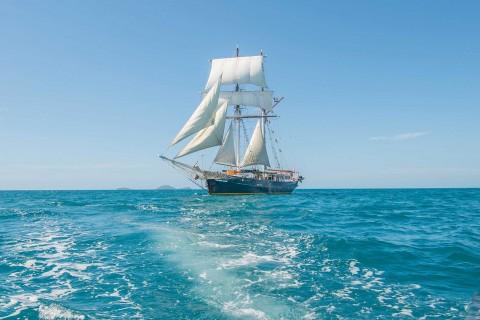 海上行驶的帆船