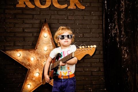 小男孩的吉他梦