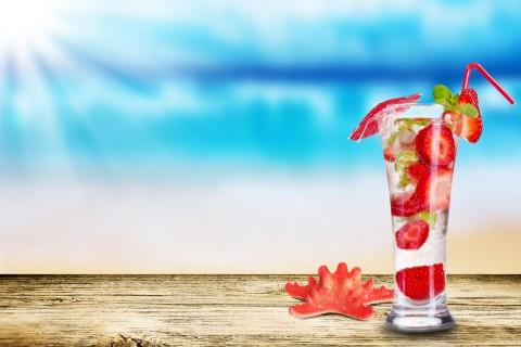 美味的草莓鸡尾酒