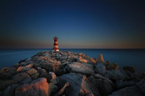 海边屹立的灯塔