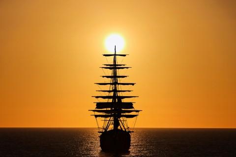 海面上行驶的帆船
