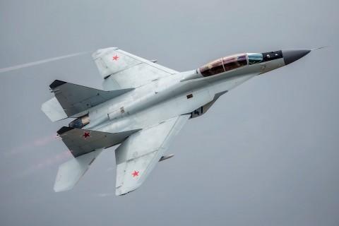 飞行中的米格-35战斗机