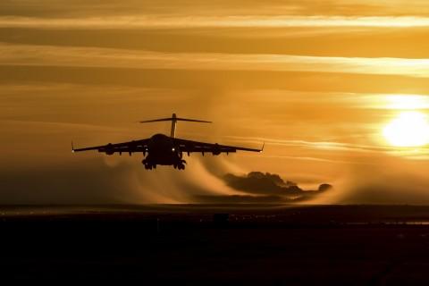 夕阳下起飞的飞机