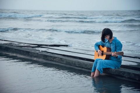 海边弹吉他的文艺女生
