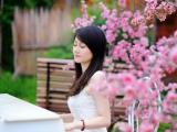弹奏钢琴的少女