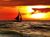 夕阳下的海上帆船
