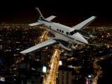 夜里飞行的私人飞机