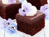 巧克力蛋糕上的花卉