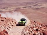 疾驰沙漠的越野车