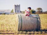 草卷上的可爱小孩