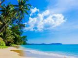 阳光下的蓝色大海