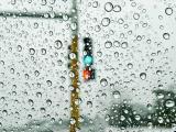 雨中的红绿灯