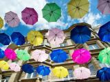 天空下的五彩雨伞