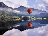 湖泊上的彩色热气球