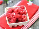 盘子里的新鲜树莓