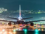 夜晚启航的飞机