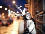 霓虹中的摩托车