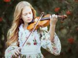 拉小提琴的长发女孩