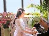 弹钢琴的优雅女孩