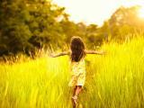 在麦田里奔跑的小女孩