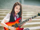 弹吉他的文艺女生